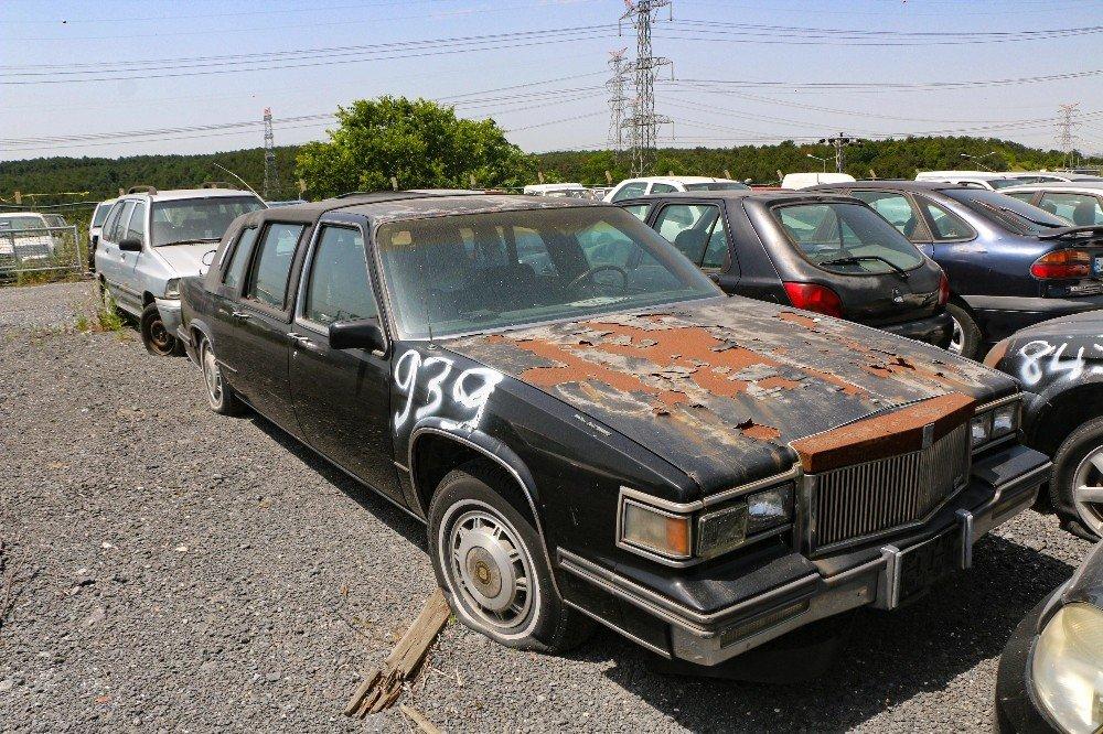 Servet Değerindeki Otomobiller Çürümeye Terk Edildi