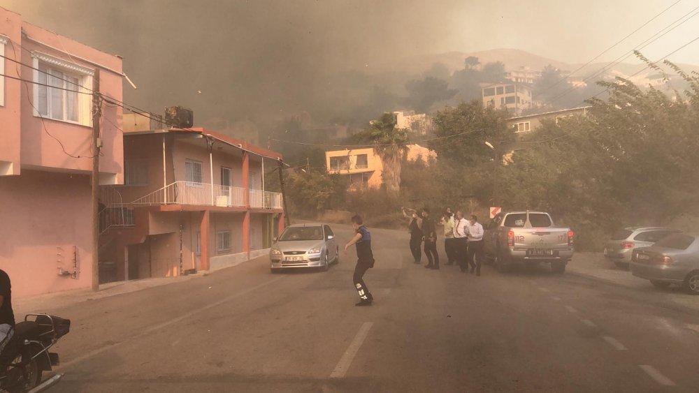 İskenderun'da Alevler Yerleşim Yerine Yaklaştı Vatandaşlar Evleri Terk Ediyor