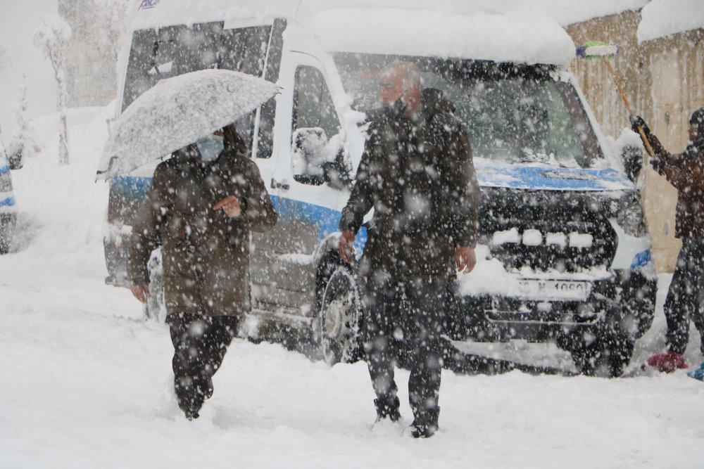 Yüksekova'da Kar Kalınlığı Yarım Metreyi Aştı, 177 Yerleşim Biriminin Yolu Kapalı