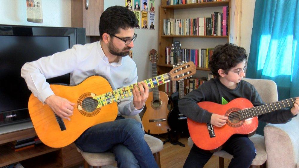 10 Yaşındaki Atlas'ın 'Lego Mikrotonal Gitar'ı, Dünya Birincisi Oldu